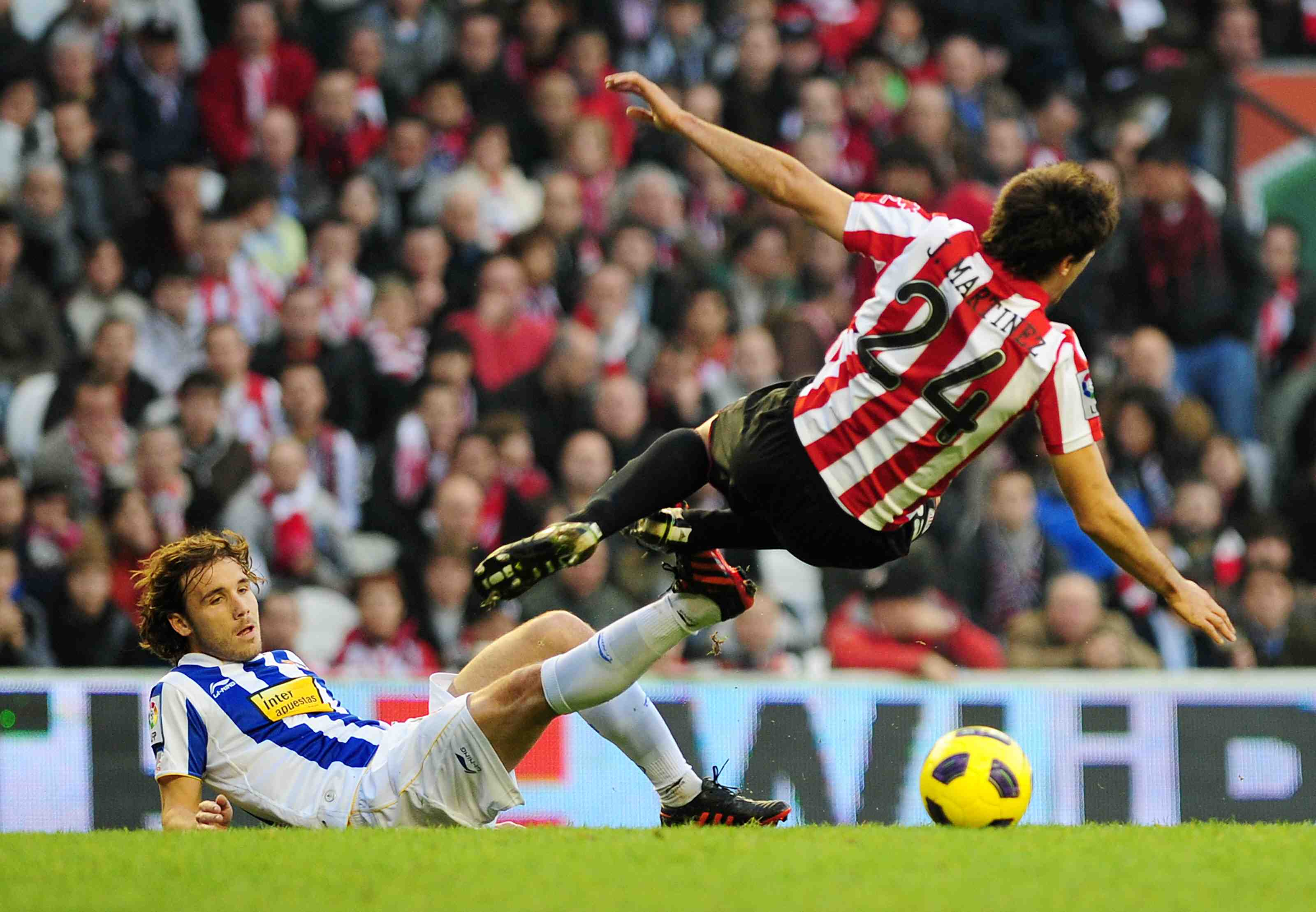 A tackle form Verdú -RCD espanyol- to Javi Martínez -Athletic Bilbao-