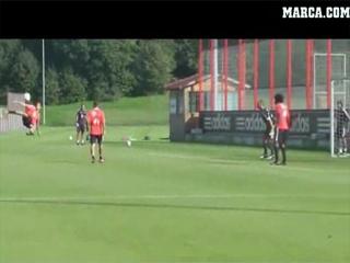 Espectacular chilena de Javi Martínez en un entrenamiento (Septiembre 2012)